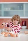 wypiekowi chłopiec kuchni potomstwa zdjęcia stock