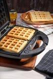 Wypiekowi domowej roboty Belgijscy gofry w gofra producencie zdjęcie royalty free