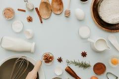 Wypiekowi naczynia i przepisów składniki na pastelowym bławym tle Mieszkanie teksta przestrzeni nieatutowi zasięrzutni wizerunki Zdjęcia Royalty Free