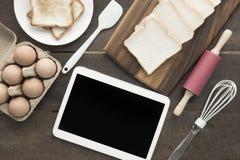 Wypiekowi naczynia narzędzia i jajko pastylki ścinku ścieżka przy ekranem zmiękczają Zdjęcie Stock