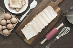 Wypiekowi naczynia narzędzia i jajko retro styl na ciapanie deski drewnie Obrazy Royalty Free
