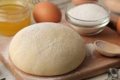 wypiekowi składniki ciasta zbliżenie i masło, jajka, cukier, mleko, cynamon, migdały na białym drewnianym tle zdjęcia royalty free