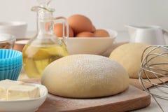 wypiekowi składniki ciasta zbliżenie i masło, jajka, cukier, mleko, cynamon, migdały na białym drewnianym tle zdjęcie stock