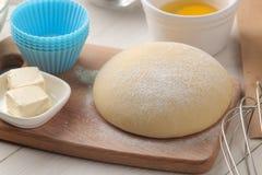 wypiekowi składniki ciasta zbliżenie i masło, jajka, cukier, mleko, cynamon, migdały na białym drewnianym tle obraz stock