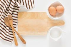 Wypiekowi składniki dla gotować i tnąca deska dla przepisów Zdjęcia Stock