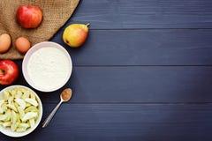 Wypiekowi składniki dla robić jabłczanemu tortowi zdjęcie royalty free