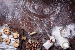 Wypiekowi składniki i piec ciastka na nieociosanym tle Mieszkanie piekarni teksta przestrzeni nieatutowi wizerunki zdjęcie stock