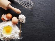 Wypiekowi składniki: jajko i mąka fotografia royalty free
