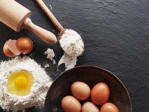 Wypiekowi składniki: jajko i mąka Zdjęcia Stock