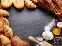 Wypiekowi składniki: jajko i mąka fotografia stock