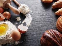 Wypiekowi składniki: jajko i mąka obrazy royalty free