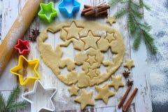 Wypiekowy Bożenarodzeniowy miodownik, mąka kropiący ciasto na drewnianym stole, pleśnieje w postaci gwiazd obraz stock