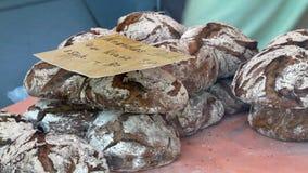 Wypiekowy chleb piekarnia Półki z świeżym piec crispy chlebem zdjęcie wideo