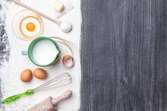 Wypiekowy i kulinarny pojęcie rozmaitość składniki i naczynia, zdjęcia stock
