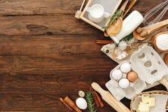 Wypiekowy lub kulinarny tło Składniki, kuchenne rzeczy dla piec torty obrazy stock