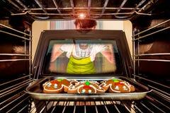 Wypiekowy Piernikowy mężczyzna w piekarniku Zdjęcie Royalty Free