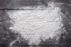 Wypiekowy pojęcie na drewnianym tle, rozpryskana mąka z kopii przestrzenią obrazy royalty free