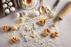 Wypiekowy pojęcie: surowy ciasto dla ciastka, jajek, mąki, krajaczy w formie gwiazdy i motyla na białym stole, wierzchołek obrazy royalty free
