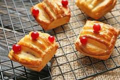 Wypiekowy stojak z wyśmienicie jagodami i ciastami Zdjęcie Royalty Free