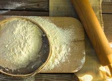 Wypiekowy tło Kulinarni składniki dla ciasta i ciasta robi i kropiących z mąki deską na nieociosanym drewnie Odgórny widok z co Fotografia Stock