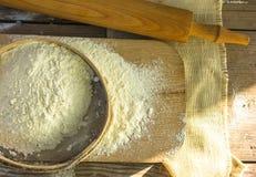 Wypiekowy tło Kulinarni składniki dla ciasta i ciasta robi i kropiących z mąki deską na nieociosanym drewnie Odgórny widok z co Zdjęcia Stock