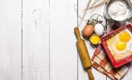 Wypiekowy tło Składniki jajko, mąka i toczna szpilka dla ciasta -, Fotografia Stock