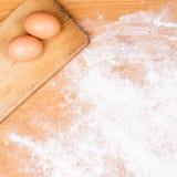 Wypiekowy tło z deską, mąką i jajkami ciasta, Obrazy Royalty Free