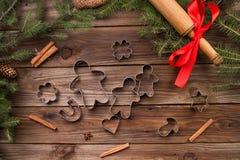 wypiekowych bożych narodzeń ciastek kierowa księżyc kształtów gwiazda Bakeware Na drewnianym tle Obraz Stock