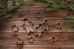 wypiekowych bożych narodzeń ciastek kierowa księżyc kształtów gwiazda Bakeware Na drewnianym tle Zdjęcie Royalty Free