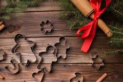 wypiekowych bożych narodzeń ciastek kierowa księżyc kształtów gwiazda Bakeware Na drewnianym tle Zdjęcia Stock