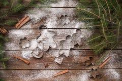 wypiekowych bożych narodzeń ciastek kierowa księżyc kształtów gwiazda Bakeware Na drewnianym tle Obrazy Stock