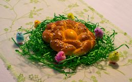 Wyplatający Wielkanocny wianek z kolorowym Wielkanocnym jajkiem i małymi kurczątkami Obraz Stock