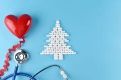 Wyposażenie lekarka w Bożenarodzeniowym temacie zdjęcie royalty free