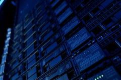 Wyposażenie na półkach jest dane centrum Serwer daty centra obrazy stock