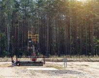 Wyposażenie na polu przeciw tłu las dla ekstrakcji olej i benzyna, ekstrakcja ropy naftowe zdjęcia stock