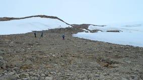 Wyprawa biegun północny Grupa mężczyzna przy biegunem północnym Mężczyzna z trekking słupami iść w górach zbiory
