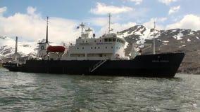 Wyprawa statek na tle góry Falkland wyspy w Antarctica zdjęcie wideo