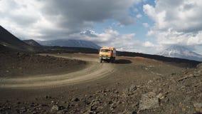 Wyprawa transportu ciężarowi turyści na halnej drodze na tło volcanoes zbiory