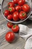 Wyprodukowany lokalnie pomidory w colander zdjęcia royalty free