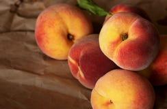 Wyprodukowany lokalnie soczyste brzoskwinie od ogródu organicznie Obrazy Stock