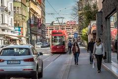 Wyróżniający czerwony tramwaj który biega przez miasta Innsbruck, Austria, Europa obraz royalty free