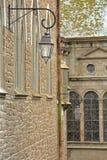 Wyrównanie latarnie uliczne pod archways wśrodku izolującego miasta święty Malo obraz stock