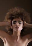 wyrażenie Charyzmatyczna kobieta z Permed włosy fotografia stock