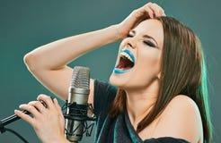 Wyrażeniowy kobieta piosenkarza portret z mikrofonem Piękny mod Zdjęcie Royalty Free