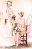 Wyrafinowanie. staromodny pojęcie. Dwa Wałkowej Up dziewczyny w Retro sukniach. Luksus Fotografia Stock