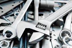 Wyrwanie i narzędzia na porysowanym metalu tle obrazy royalty free