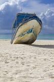 wyrzucać na brzeg łódź Fotografia Royalty Free