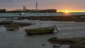 Wyrzucać na brzeg łodzie przy zmierzchem Cadiz Hiszpania fotografia stock