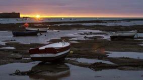 Wyrzucać na brzeg łodzie przy zmierzchem Cadiz Hiszpania obrazy stock