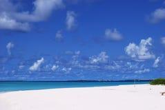 wyrzucać na brzeg błękitny piaska nieba biel Obraz Royalty Free